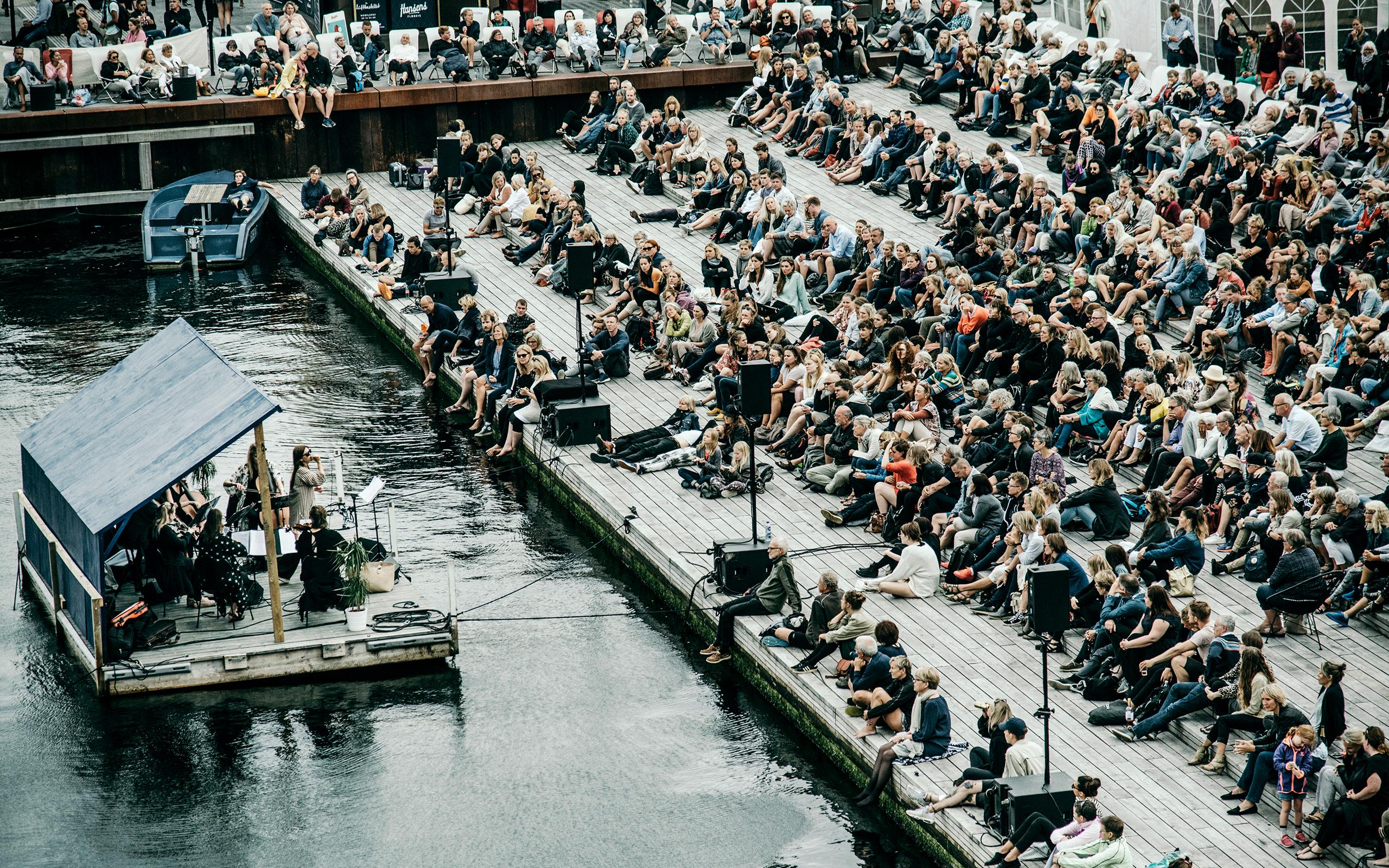 Menneskemængde ved koncert på en tømmerflåde ved Kyssetrappen på Ofelia Plads