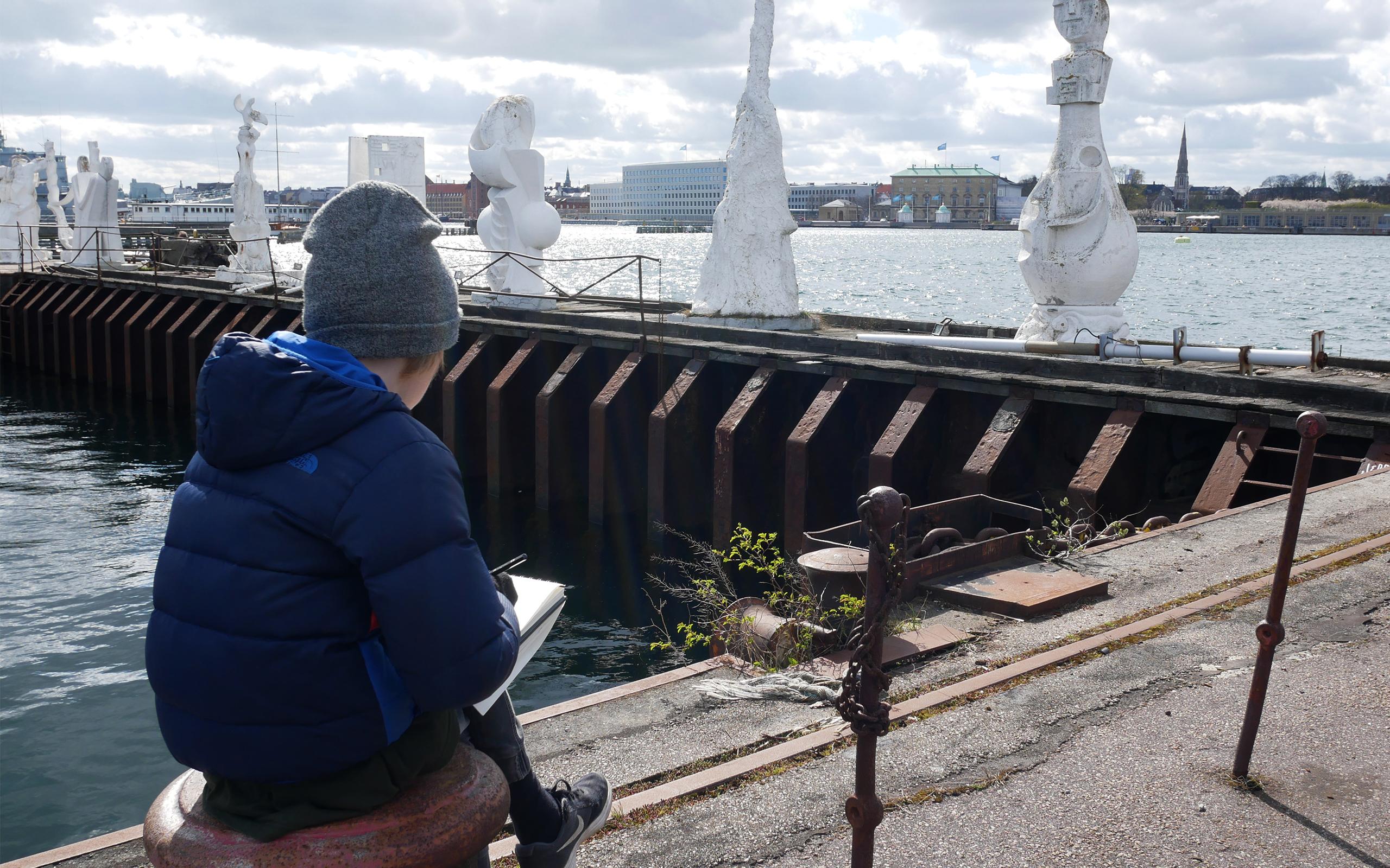 Dreng tegner skulpturer på Refshaleøen