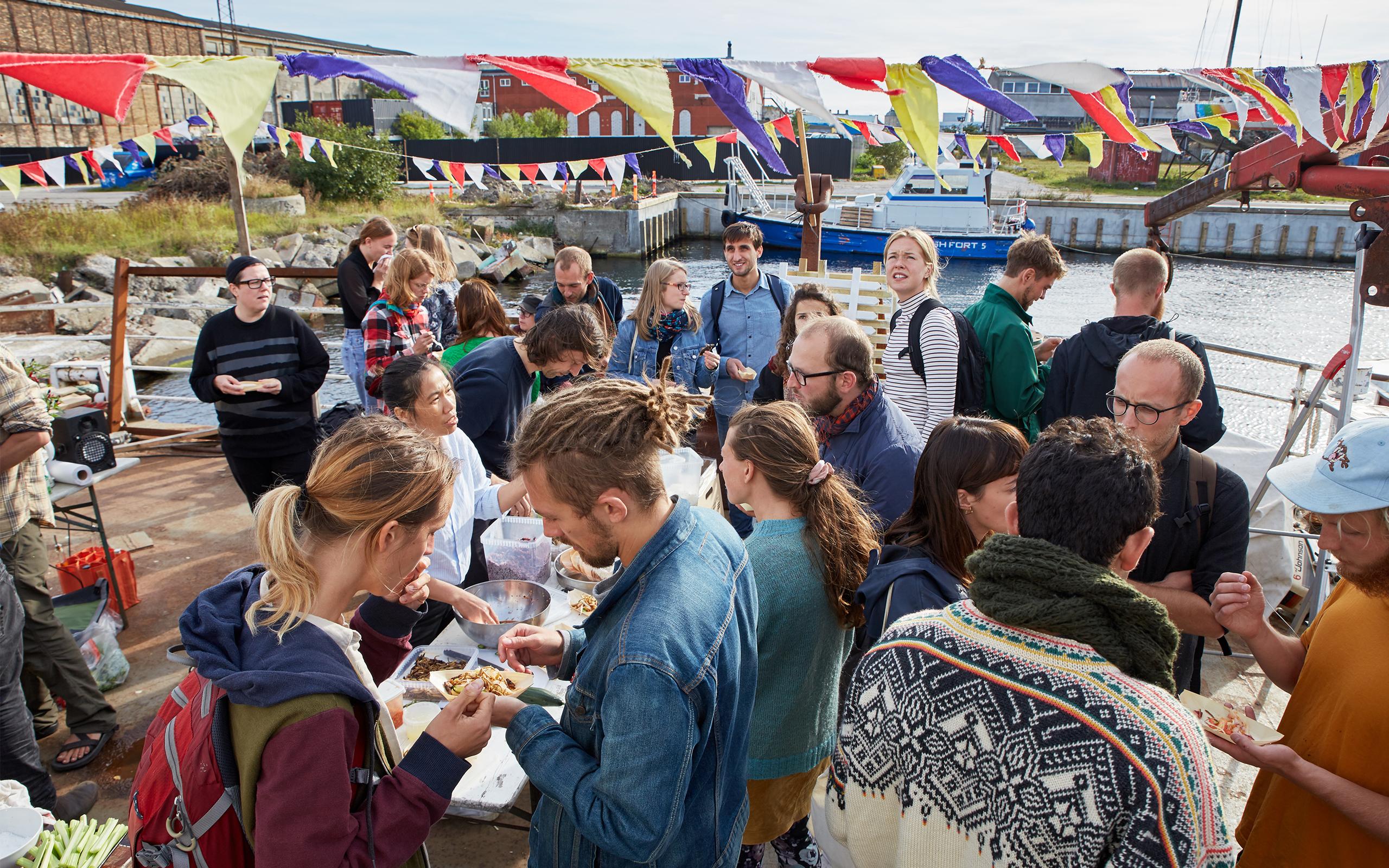 Unge mennesker spiser mad ombord på et skib