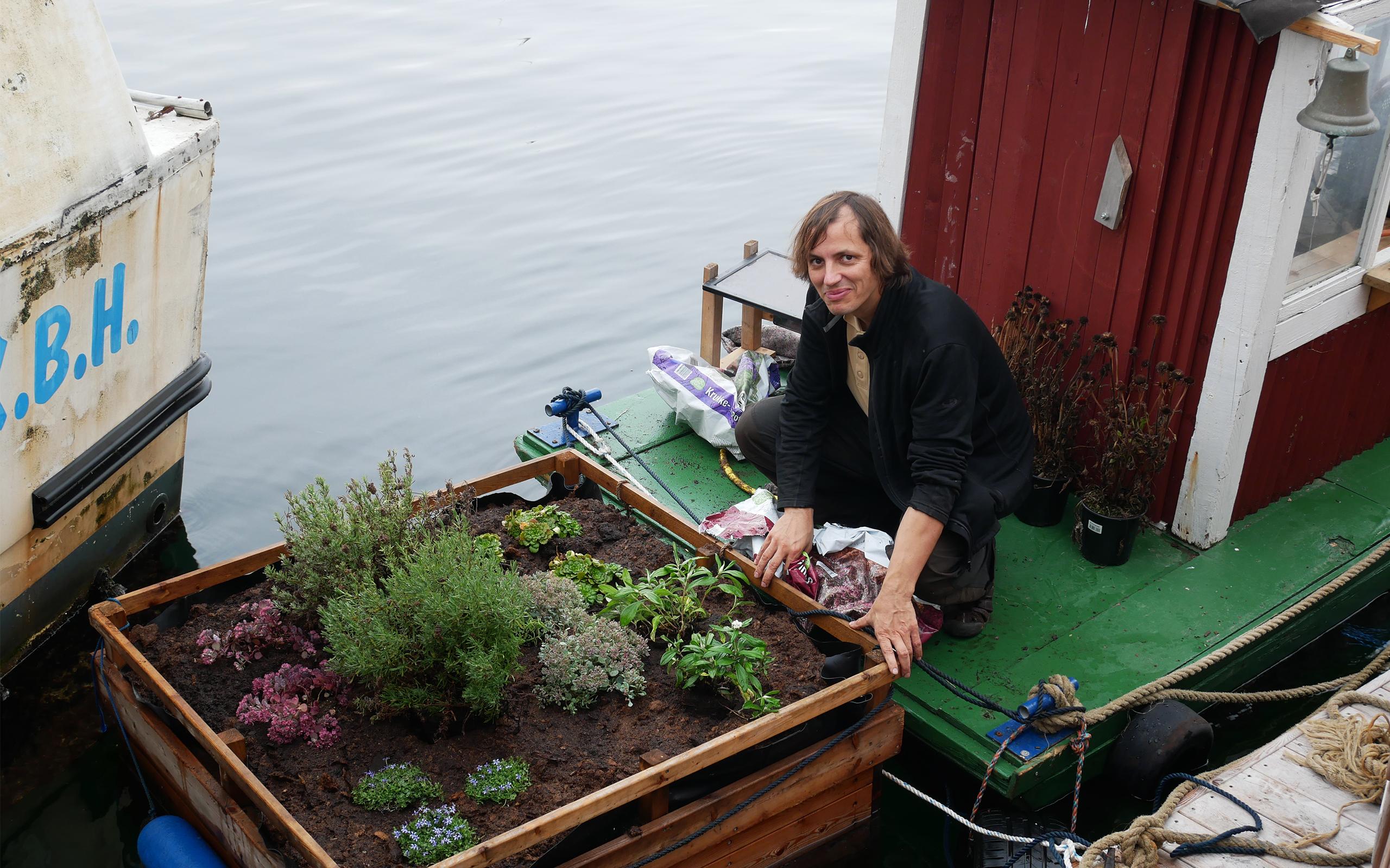 Christian Liljedahls blomsterbøje i havnen