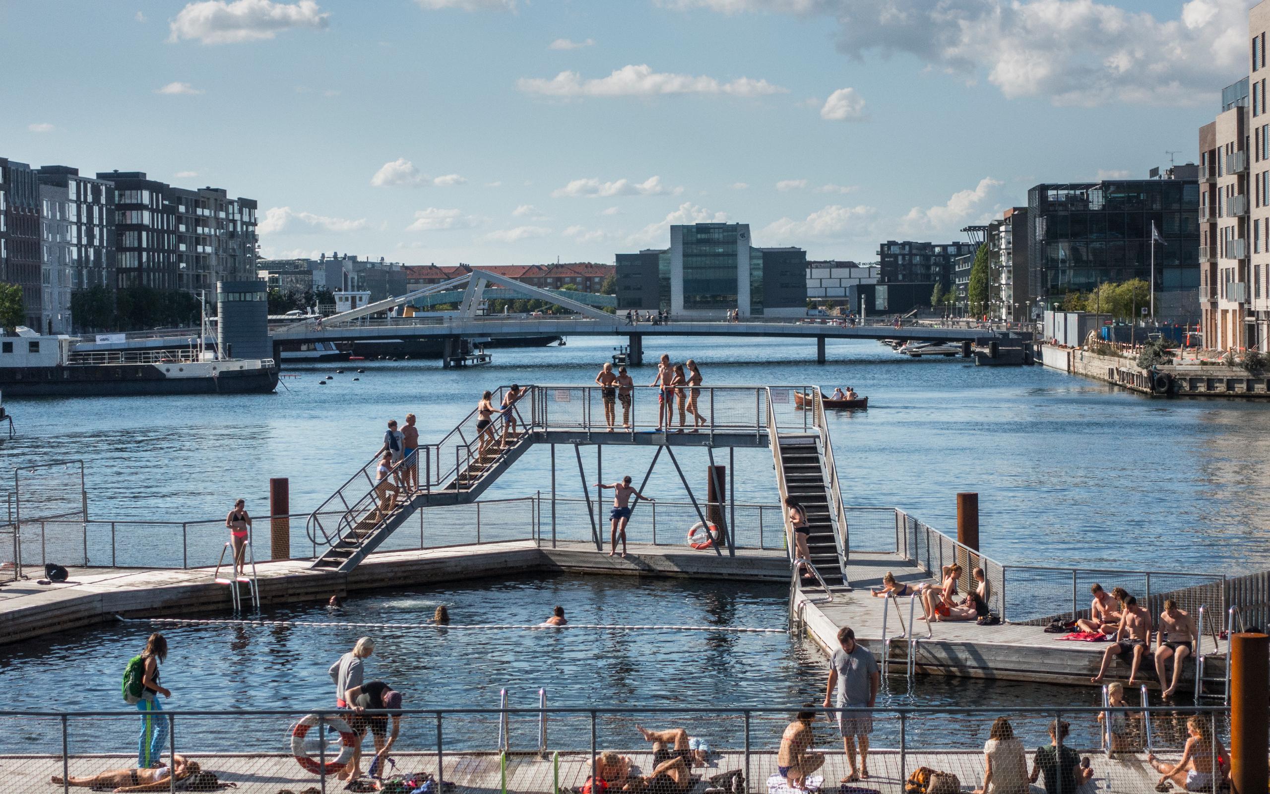 Københavnere bader i Havnebadet Sluseholmen i Sydhavnen