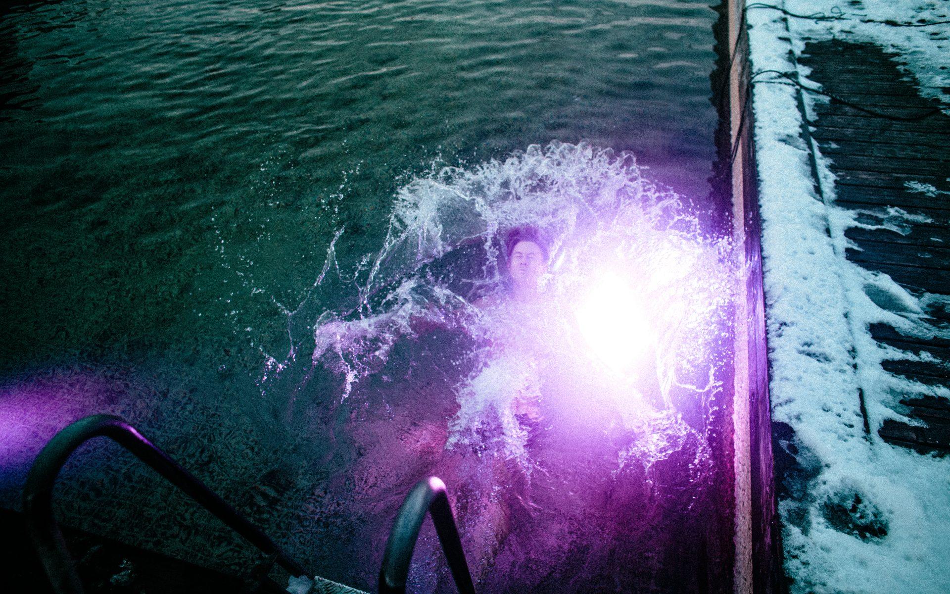 Vinterbader indhyllet i lyserødt lys i Havnebadet Islands Brygge