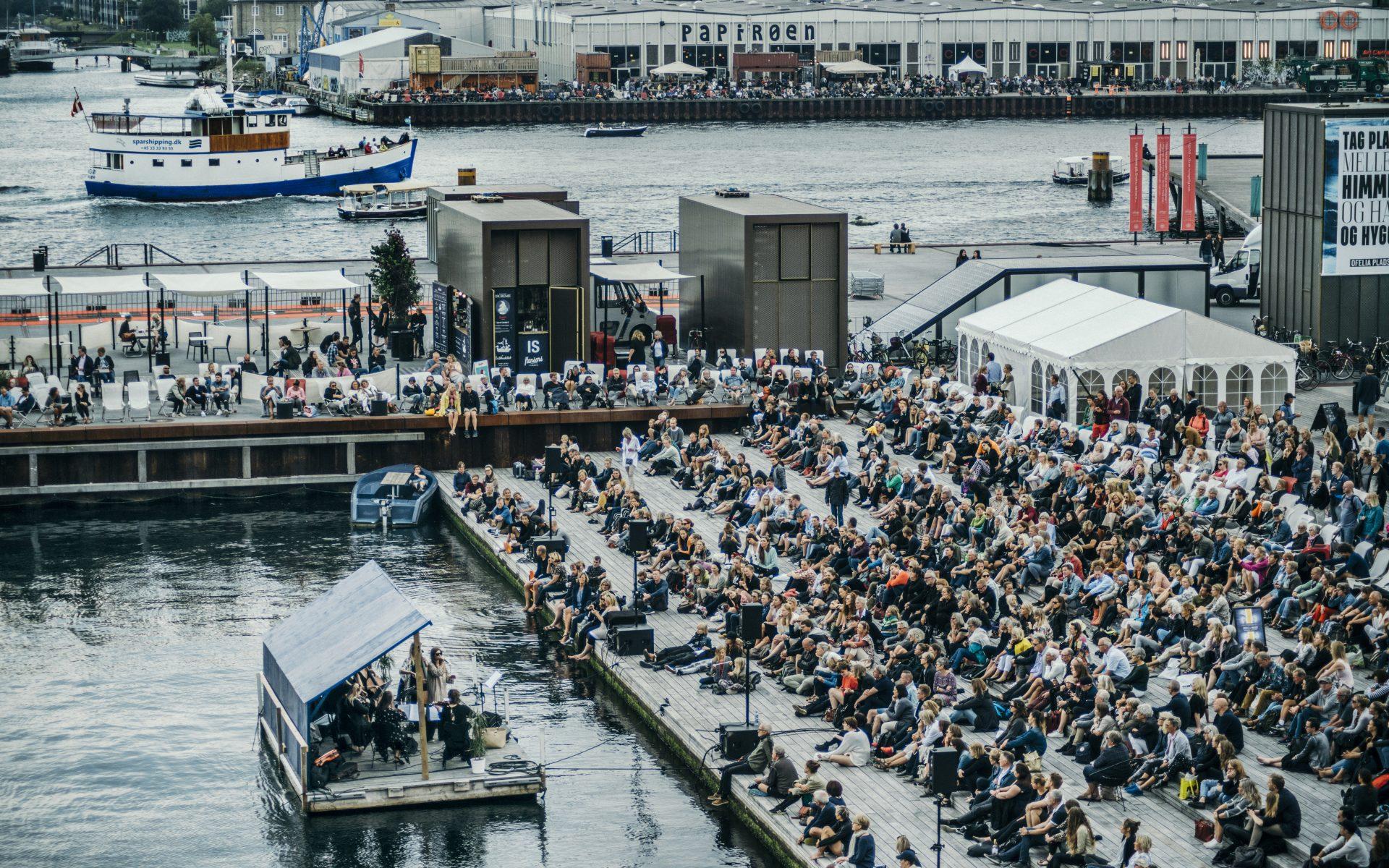 Pernille Rosendahl og strygerensemblet Who Killed Bambi spillede koncert på en flydende pram, mens publikum nød musikken fra Kyssetrappen ved Ofelia Plads.