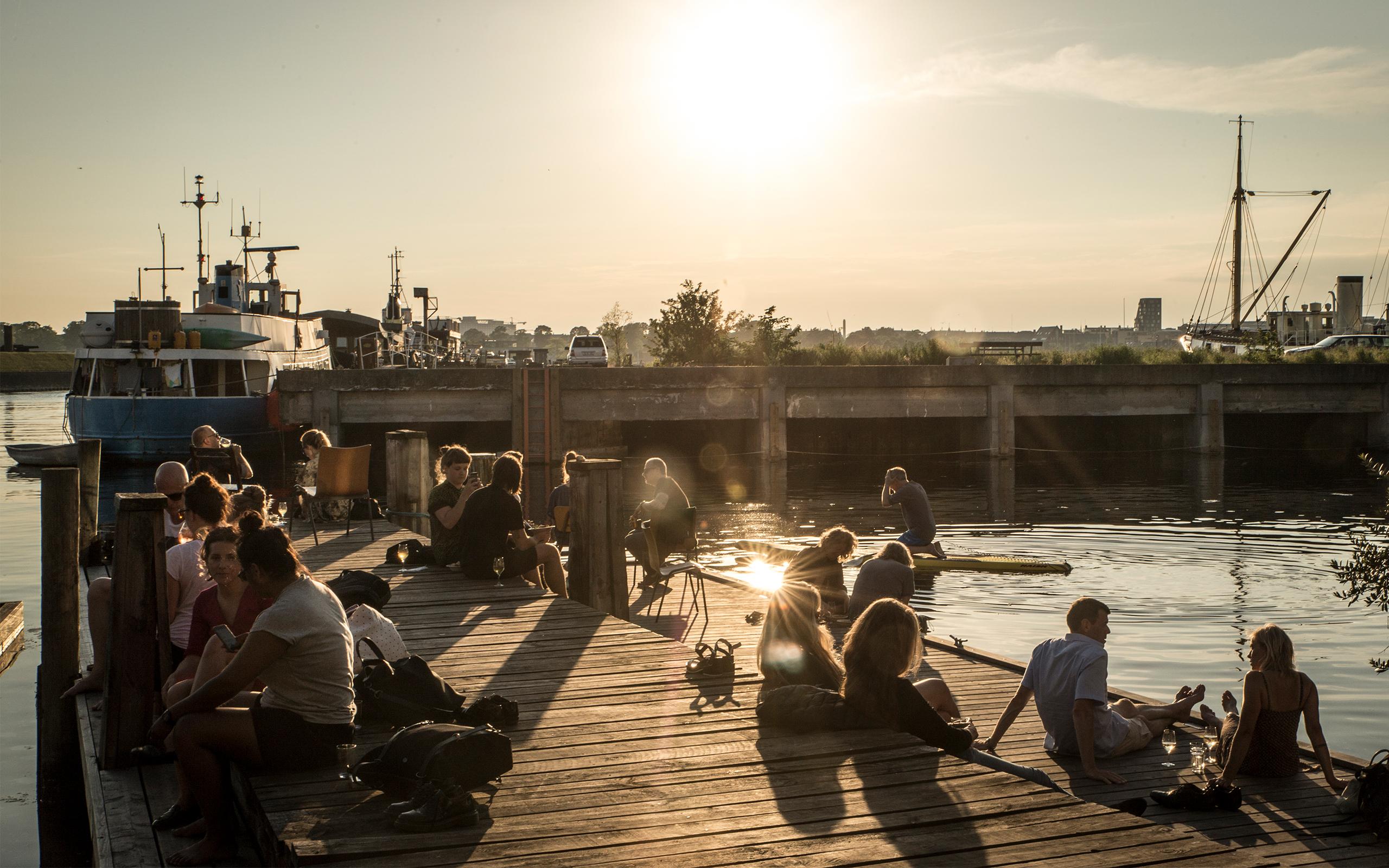 Københavnere slapper af ved La Banchina på Refshaleøen