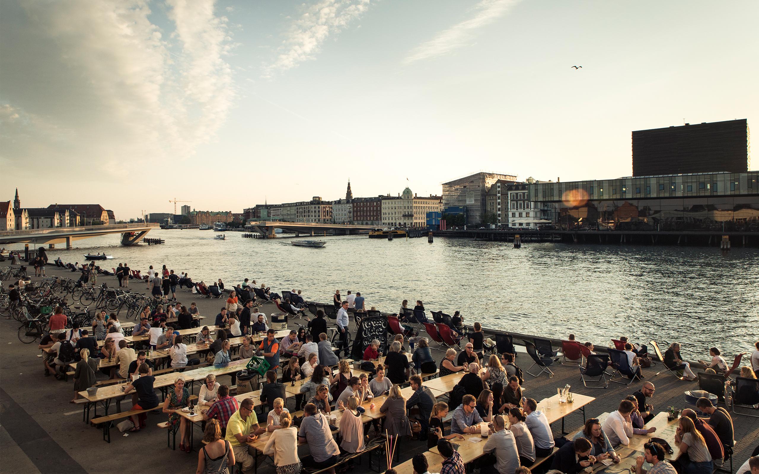 Københavnere snakker ved havnefronten på Papirøen