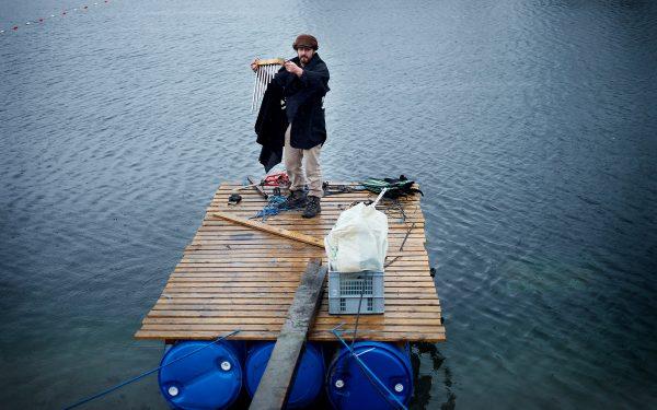 Jonny Rottman med instrumenter på en tømmerflåde i Sydhavnen